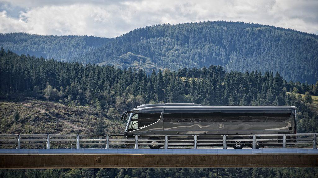 Irizar i8 Bus auf Brücke